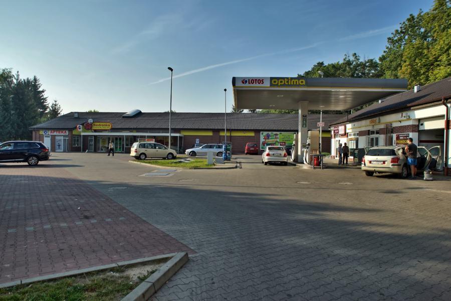 Sklep Biedronka i Stacja Paliw Lotos